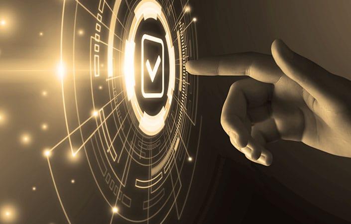 Eine menschliche Hand drückt einen virtuellen Knopf.